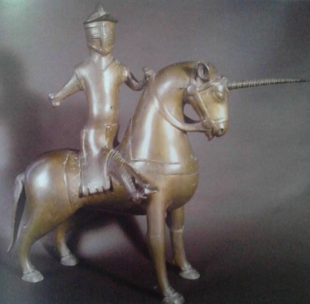 Figura de un caballero montado en un unicornio