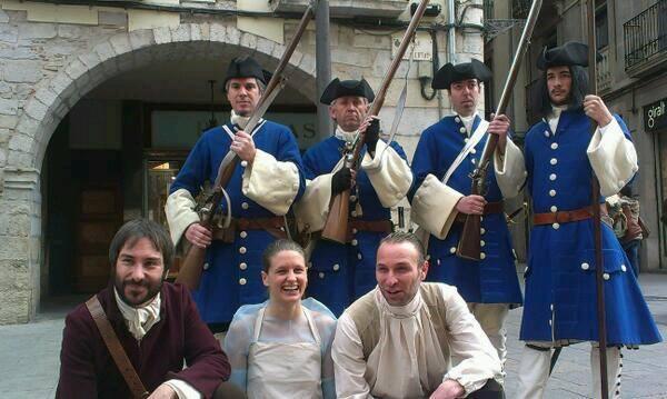 Toni Figuera, Lluna Pindado y Jordi Brunet junto a los Miquelets del Regiment de Sant Narcís